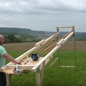 Немец создал катапульту, которая «стреляет» шарами для боулинга (видео)