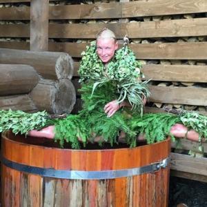 Волочкова шокировала поклонников шпагатом с елкой