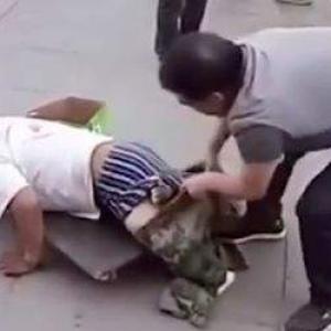 В Китае мужчина разоблачил фальшивого инвалида. Видео