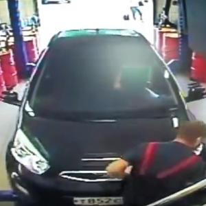 Девушка в автосервисе перепутала педали и сбила механика (Видео)