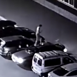 В России неадекватный голый мужчина прыгал по машинам (Видео)