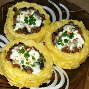 Картофельные гнезда с грибами, в чесночно-сметанном соусе