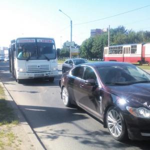 """Видеохит: автоледи разбила свой """"Ягуар"""", чтобы отомстить маршрутчику (видео)"""