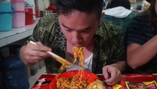 Видеохит: повар оглох, съев самые острые макароны в мире (видео)
