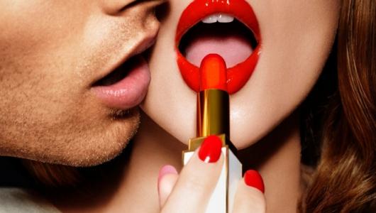 Красная помада в макияже губ