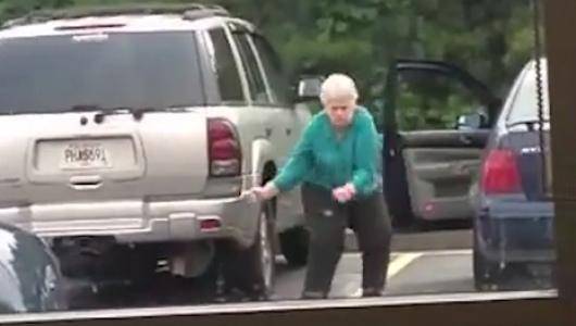 Сеть развеселил задорный танец старушки на парковке